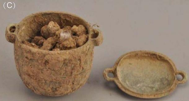 El frasco de bronce y la crema facial en su interior, encontrados en la tumba de un noble de 2.700 años en Liujiawa, China. (Han et al. / Arqueometría)