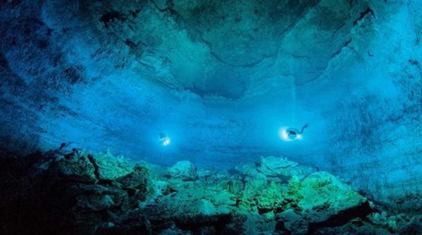 Buceadores en la extensa cueva submarina de Hoyo Negro, Tulum, Quintana Roo. (SAS. INAH)