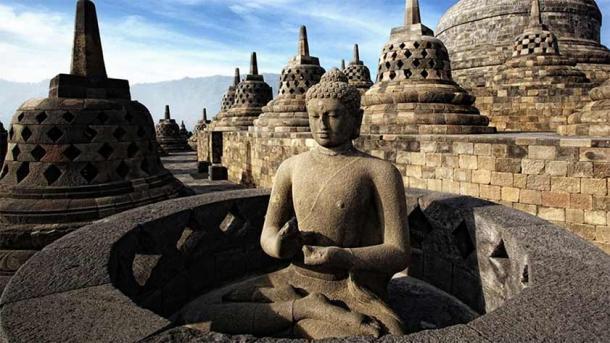 Imagen de Buda expuesta dentro de las estupas de las terrazas superiores de Borobudur (CC BY-SA 3.0)