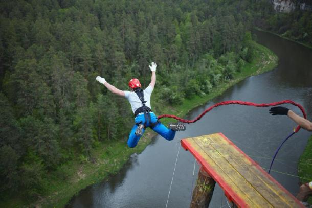 El salto bungee moderno para mostrar las similitudes con el buceo en tierra de Pentecostés. (esalienko / Adobe stock)