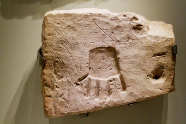 """Inscripción de entierro de Khirbet el-Quom, siglo VIII. BC., Museo de Israel. Inscripción: Uriyahu el príncipe lo escribió: """"Bendito sea Uriyahu por Yahweh y su Asera, porque de sus enemigos lo ha salvado"""". (Nick Thompson / CC BY NC SA 2.0)"""