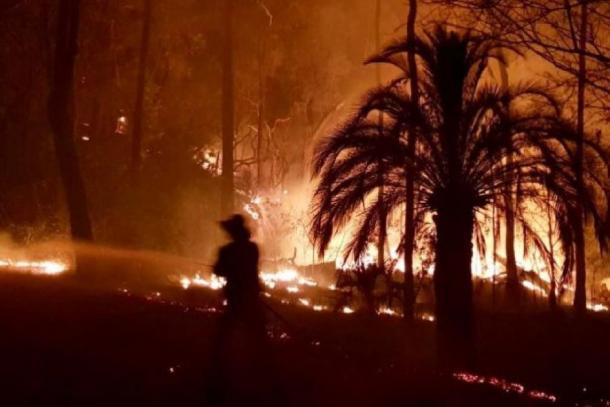 El incendio forestal que devastó el Parque Nacional Carnarvon y destruyó el arte rupestre aborigen en 2018. (Ambulancia de Queensland)