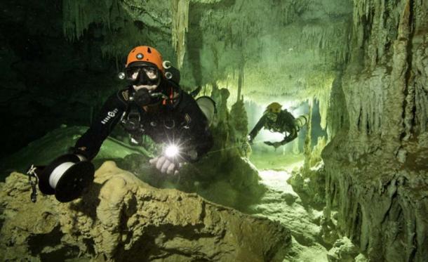 Buzos en la cueva submarina de Quintana Roo. (Herbert Meyrl / GAM)