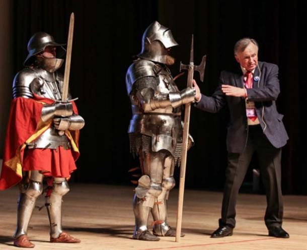 Oleg Sokolov y recreadores históricos, con la armadura de caballeros medievales, en el sexto foro científico y educativo Científicos contra los mitos en San Petersburgo el 11 de febrero de 2018. (Eissink / CC BY-SA 4.0)