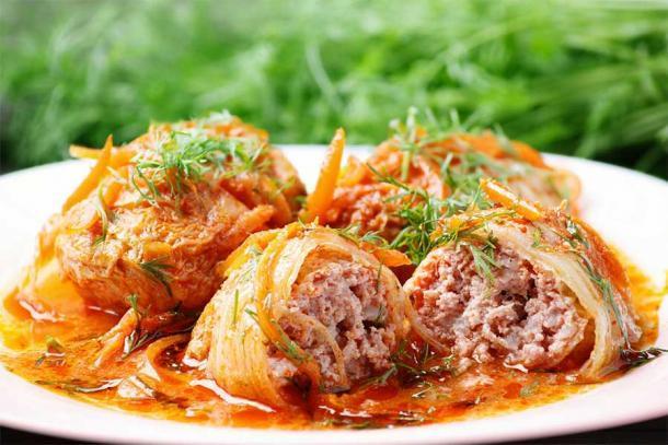 Rollitos de col en salsa de tomate. Fuente: Людмила Лебедева / Adobe Stock