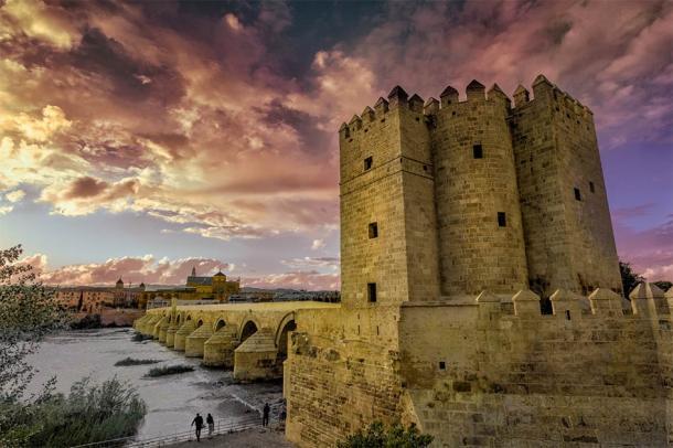 La Torre de la Calahorra junto al Puente Romano, Córdoba (Javier Romera / Adobe Stock)