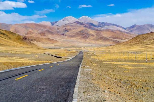Un camino moderno que atraviesa la vasta meseta tibetana donde el Imperio Tibetano tiene sus raíces más antiguas en las tribus pastoralistas locales. (lihana / Adobe Stock)