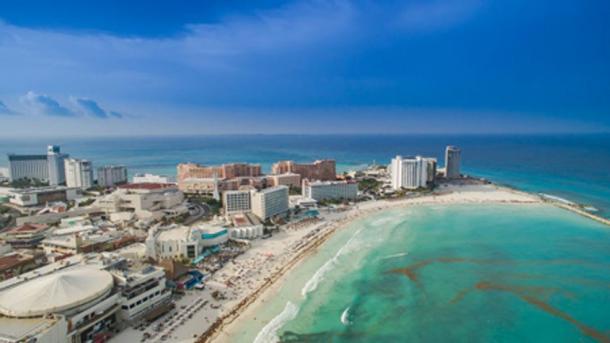 Cancún, México, es un destino turístico mundial ubicado a millas de los pueblos mayas tradicionales. Dronepicr/Wikicommons, CC BY