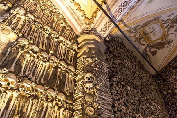 Capilla de los huesos en Portugal, donde se muestra una vasta pared de huesos y cráneos. (Sergii Figurnyi/ Adobe)