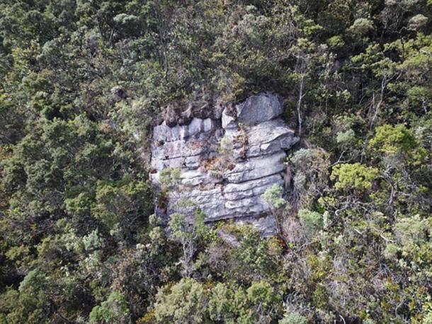 Cara de acantilado expuesta que parecía tener una anomalía en el centro.