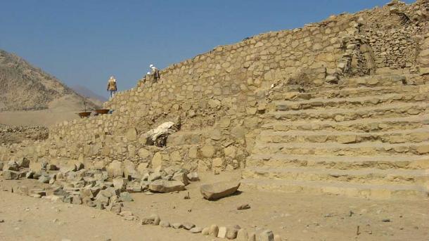 Arqueólogos trabajando en una de las antiguas estructuras de Caral en Perú. (Yo, KyleThayer / CC BY-SA 3.0)