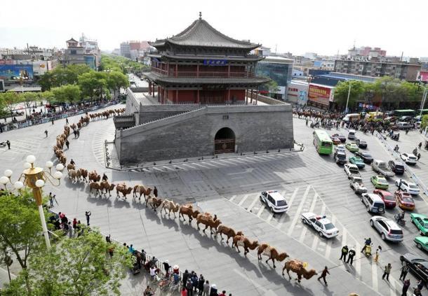 caravana-entre-las-calles-de-Zhangye.jpg
