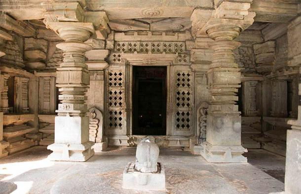 Pilares de piedra tallada que forman el área de entrada de Mukhamantapa de un templo de Shiva (Mahabalaindia / CC)