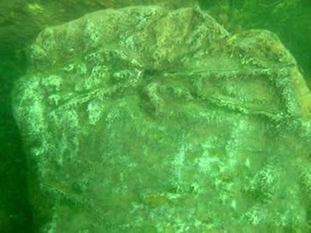 Tallas encontradas en una de las piedras de las ruinas submarinas del lago Fuxian. (Sa Defenza)