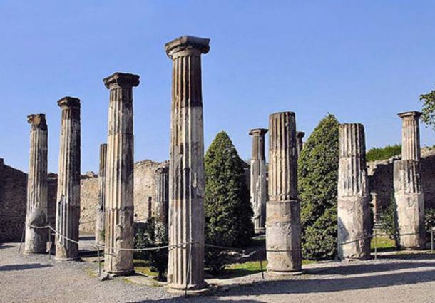 El peristilo de la Casa de Cneo Aleius Nigidius Maius (también conocido como La Casa de Pansa) en la ciudad en ruinas de Pompeya. (Wildmountainscene / CC BY SA 3.0)