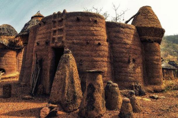 Casa tradicional con techos de paja, graneros y altares. (atosan / Adobe)