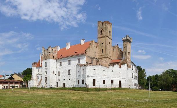 El castillo en Břeclav, Moravia Meridional, República Checa, donde se encontraron las víctimas del sacrificio humano. (Pudelek (Marcin Szala) / CC BY-SA 4.0)