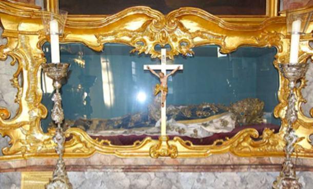 La catacumba de los santos, se cubrió de pies a cabeza con preciosas joyas y ropas caras del Vaticano. (DALIBRI / CC BY-SA 4.0)