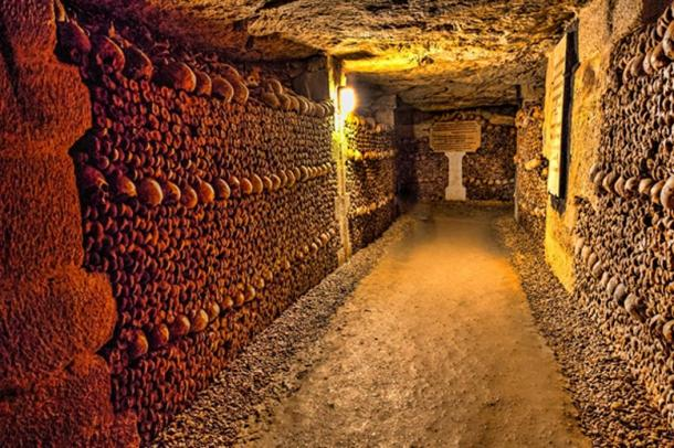 Catacumbas subterráneas de París donde se exhiben calaveras. (dirk94025 / Adobe)