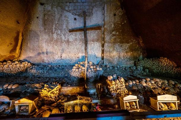 Cementerio de Fontanels, Italia, donde residen numerosos cráneos y huesos pintados. (Massimo Santi Adobe)