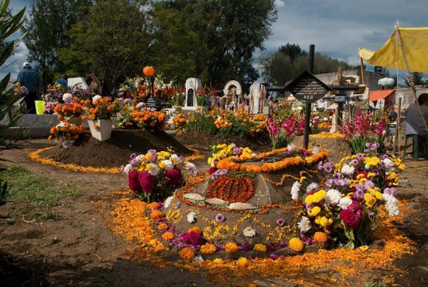 Celebraciones del Día de Muertos en el cementerio. (Esteban Zissou / CC BY-SA 2.0)