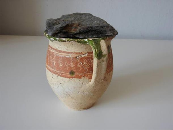 Taza de cerámica cubierta de piedra, donde se encontró el tesoro de monedas. (KPÚ Košice)