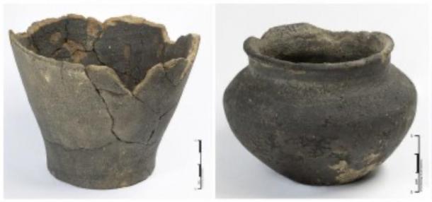 Ollas de cerámica encontradas en el sitio de excavación de la tumba guerrera de la Edad de Hierro. (UCL / ASE)