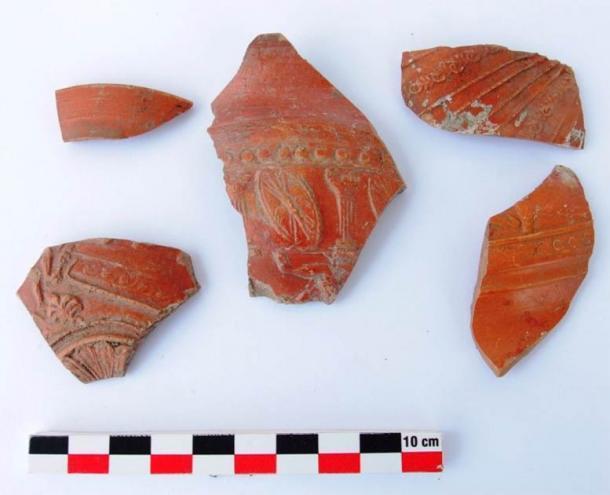 Algunos de los antiguos fragmentos de cerámica decorados encontrados en el sitio de Cabo Chiroza. (Municipio de Burgas)