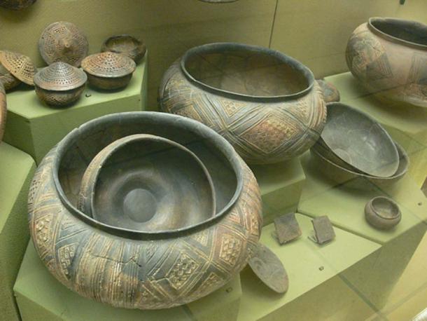 Vasijas de cerámica celta del montículo Hohmichele en exhibición en Stuttgart. (Dominio publico)