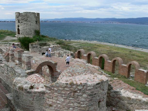 Cerca del cementerio de barcos, el casco antiguo de Nessebar en la costa búlgara es una densa pila de ruinas en capas que se remontan a más de 3.000 años. (Mártir / CC BY-SA 2.5)