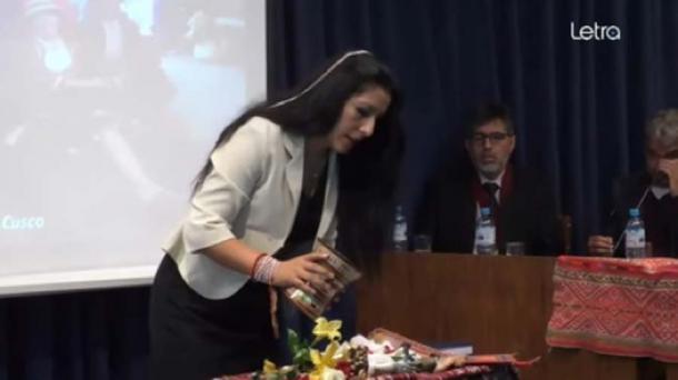 Roxana Quispe Collantes comenzó la presentación en quechua con una ceremonia de acción de gracias. (Captura de pantalla de YouTube)