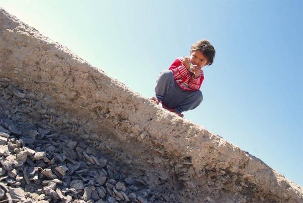 El niño Chahak y la escoria de crisol y una capa de escoria de herrería. (Imagen: Rahil Alipour, UCL)