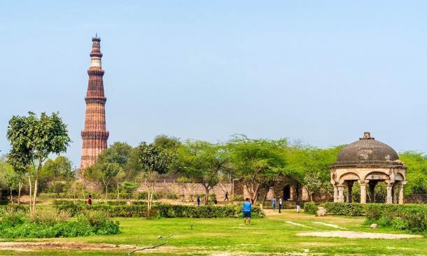 Qutb Minar y Chhatri en la tumba de Quli Khan, Delhi (Leonid Andronov / Adobe Stock)