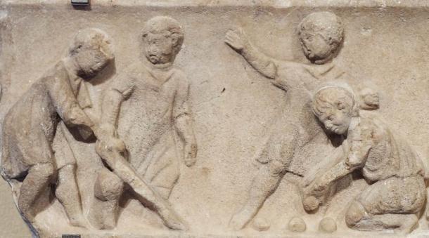 Niños jugando juegos de pelota, detalle. Mármol, obra de arte romana del segundo cuarto del siglo II d.C. (Marie-Lan Nguyen / CC BY 3.0)