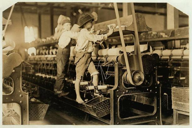 Niños trabajando máquinas en un molino durante la Revolución Industrial. (Lewis Hine / Dominio público)