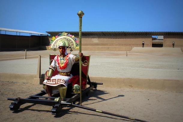 Un hombre vestido como un sacerdote o élite chimú entre las ruinas de Chan Chan, Perú. (Johnathan Hood, Flickr / CC BY-ND 2.0)
