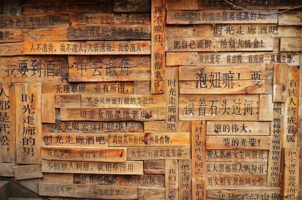 Escritos chinos en paletas de madera. (stock de kravka / Adobe)