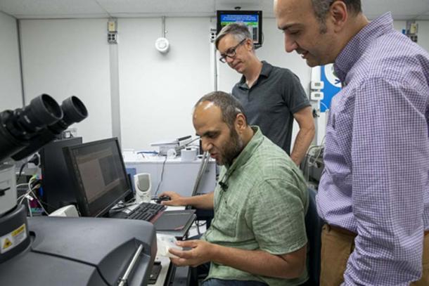 Desde la izquierda, el investigador postdoctoral de la Universidad de El Cairo, Mohamed Kasem, el científico de ALS Hans Bechtel y el profesor asociado de la Universidad de El Cairo, Ahmed Elnewishy, estudian muestras de hueso en la ALS utilizando luz infrarroja. (Marilyn Sargent / Berkeley Lab)