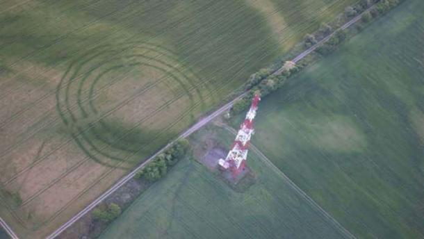 Pareciendo círculos de cosecha, los restos del sitio ritual fueron vistos por primera vez por un parapente en 2015. (Captura de pantalla de You Tube)