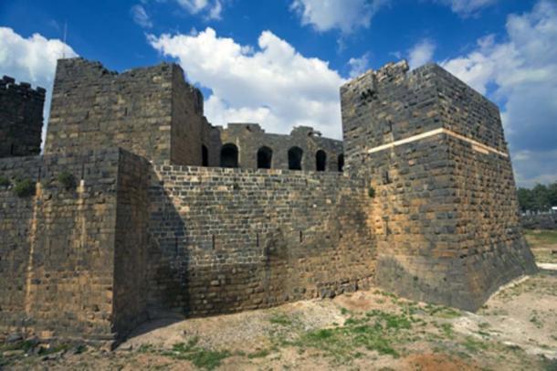 Ciudadela árabe medieval construida alrededor del teatro romano de Bosra. (WitR/ Adobe Stock)