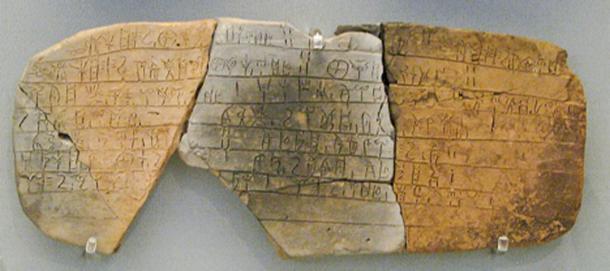 Tablilla de arcilla grabada con el guión de Linear B, del palacio micénico de Pylos. (Sharon Mollerus /CC BY 2.0)