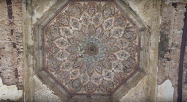 Cerca de la entrada del templo hindú Shawala Teja Singh. (Junaid Syed / captura de pantalla de YouTube)