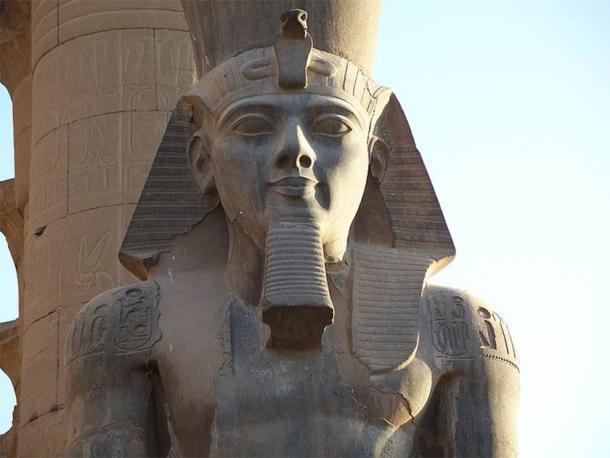 Un primer plano del faraón más grande de todos: el Rey Ramsés II Coloso en el Templo de Luxor. (Than217 / Dominio público)