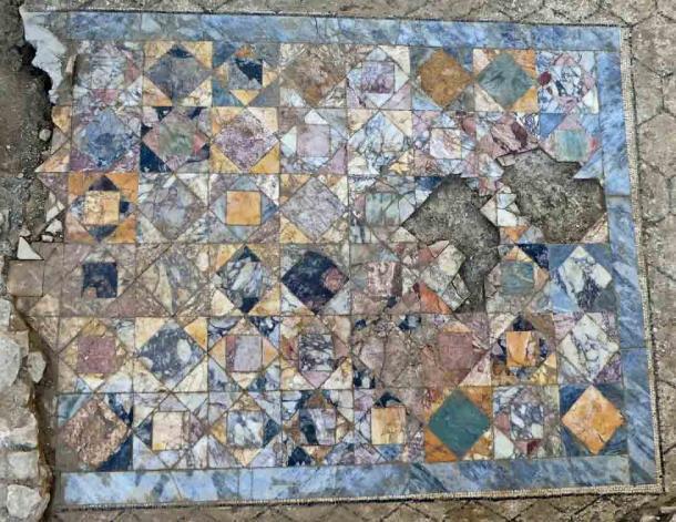 Un primer plano del suelo de baldosas de mosaico en la sala de recepción de una de las casas adosadas domus recientemente descubiertas en Nimes. (INRAP)