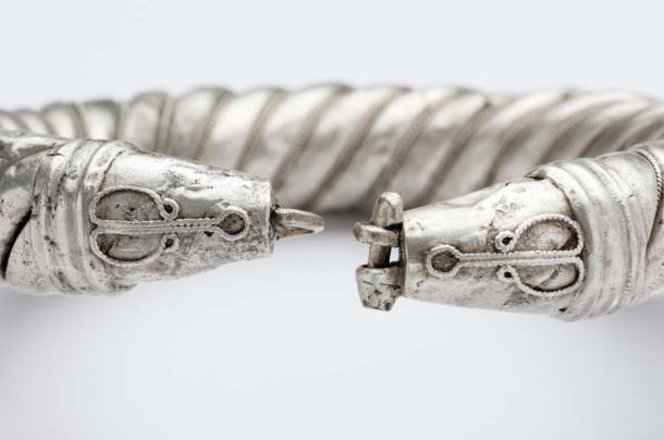 Un primer plano de una de las pulseras o tobilleras de plata de valor incalculable de la colección. (Museo Arqueológico y Etnológico de Córdoba)