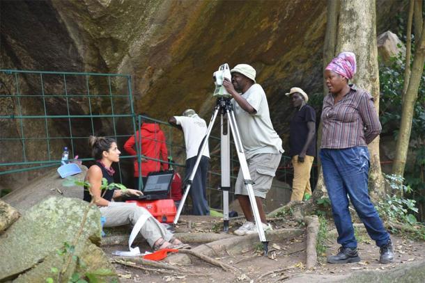 La coautora del artículo, la Dra. Christine Ogola, supervisa las excavaciones en Kakapel Rockshelter. (Imagen: Steven Goldstein)