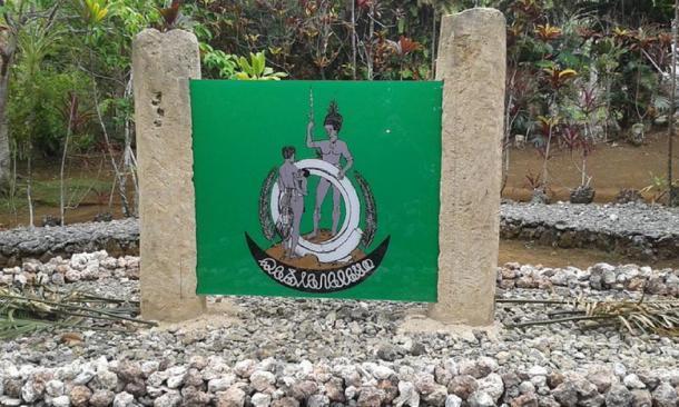 El escudo de armas de la Nación Turaga (un movimiento indígena) exhibido en la sede de la organización en Lavatmanggemu, Isla de Pentecostés, Vanuatu. (Tabisini / CC BY-SA 3.0)
