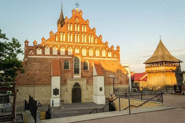 La Colegiata Basílica de San Nicolás, que data del siglo XIII, en la ciudad de Bochnia, Polonia, donde las brujas de Bochnia fueron descubiertas y quemadas en la hoguera. (Senatorek / Adobe Stock)