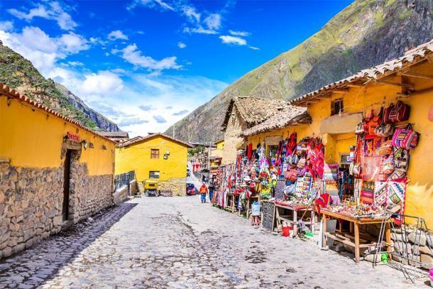 Las coloridas calles de Ollantaytambo, Perú, que atraviesan el antiguo pueblo Inca y conducen a las alturas de Machu Picchu. (cge2010 / Adobe Stock)