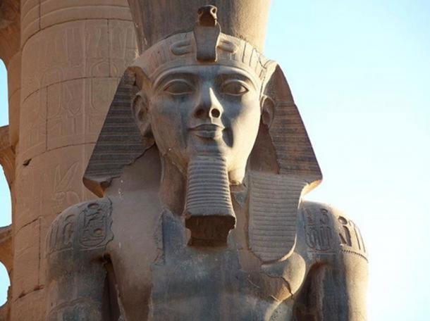 Coloso monumento de Ramesses II en el templo de Luxor. ( Dominio publico )